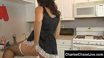 Брюнетка в униформе горничной трахается на кухне со своим хозяином