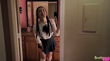 Брюнетка студентка в униформе устроила для парня хардкор секс