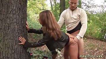 Муж с женой выехали на природу и в лесу занялись сексом на камеру